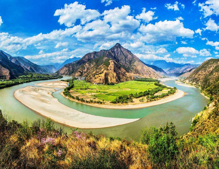 Sightseeing at First Bend of Yangtze River