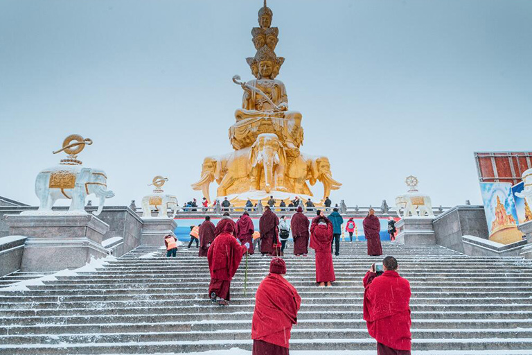 Pilgrims whorshiped Samantabhadra Bodhisattva in Golden Summit