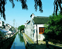 Stoll Leisurely along Pingjiang Road