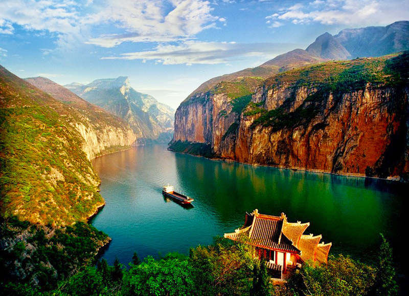 Yangtze River Cruise Running Through Qutang Gorge